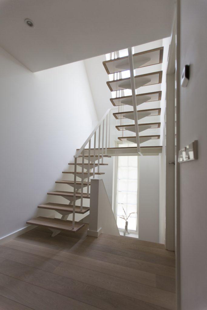 trappenhuis, trap staal en hout, villa, in het groen, witte villa, luxe villa, woonhuis