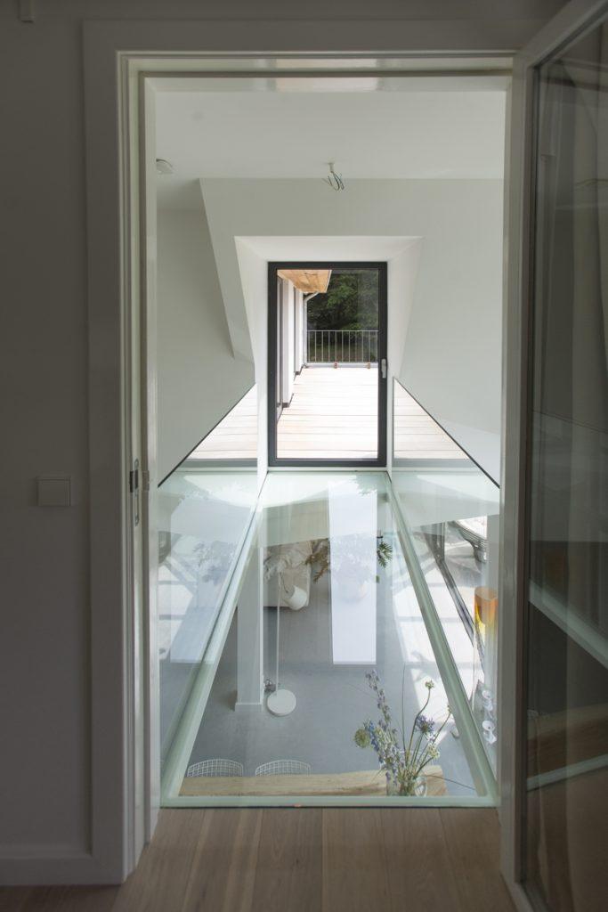 glazen brug, glazen doorgang, villa, in het groen, witte villa, luxe villa, woonhuis