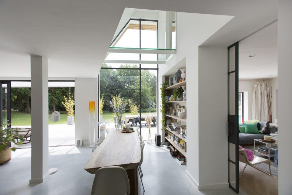keuken, glazen pui, stalen kozijnen, in het groen, witte villa, luxe villa, woonhuis