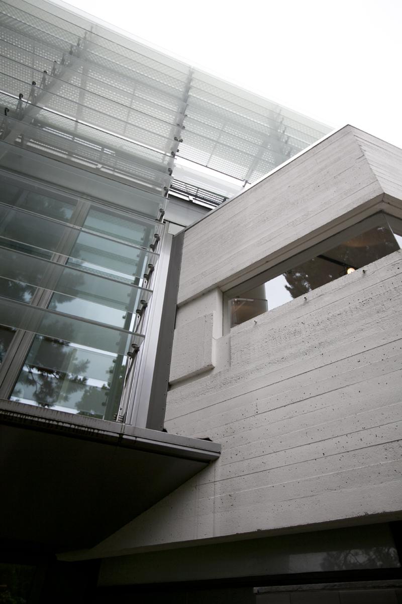 kantoorgebouw, grijs beton, glazen lamellen