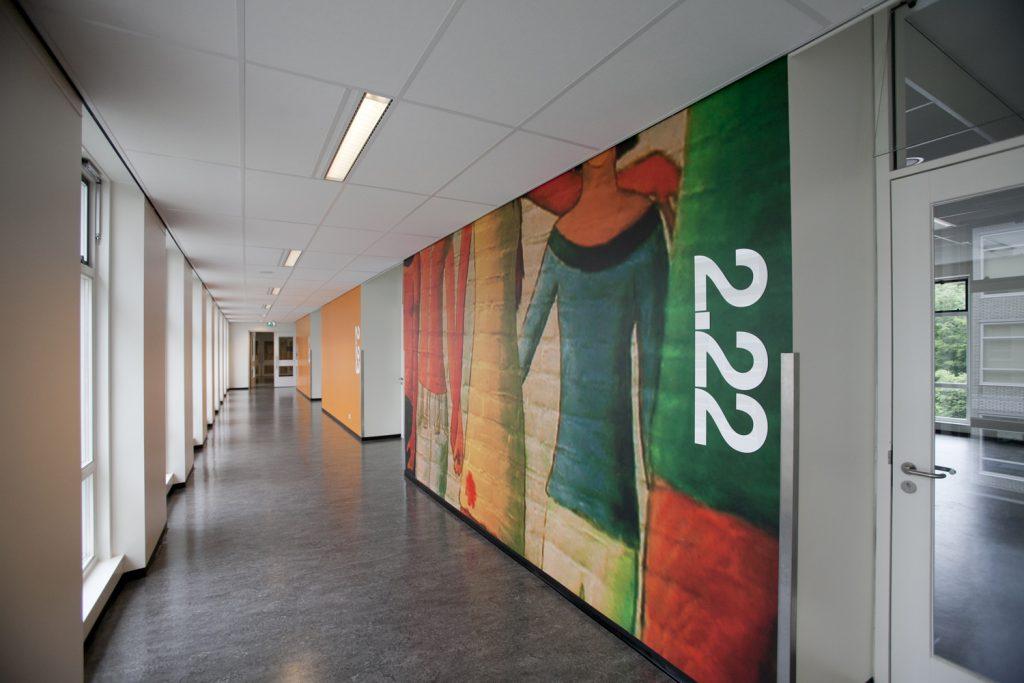 gang schoolgebouw, middelbare school, wandschildering, rood, groen, oranje