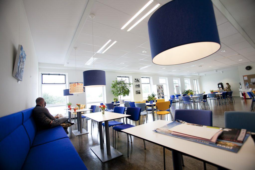 kantine middelbare school, schoolgebouw, blauw, blauwe bank, blauwe lamp, blauwe stoelen