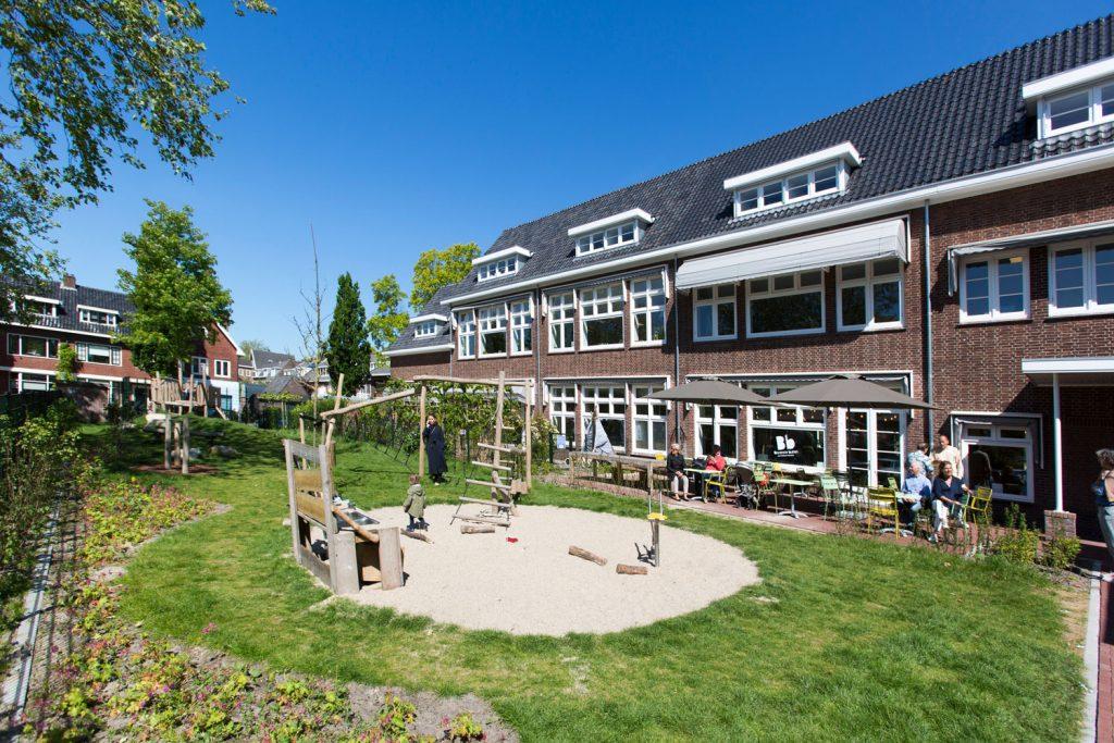 multifunctioneel gebouw, buitenruimte, tuin